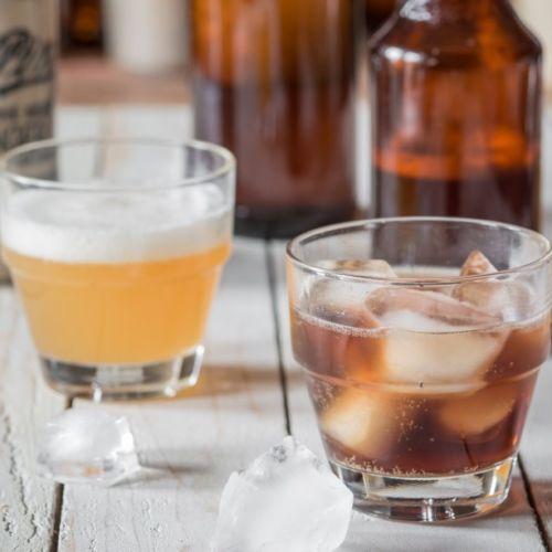 Verre de bière de gingembre pétillante