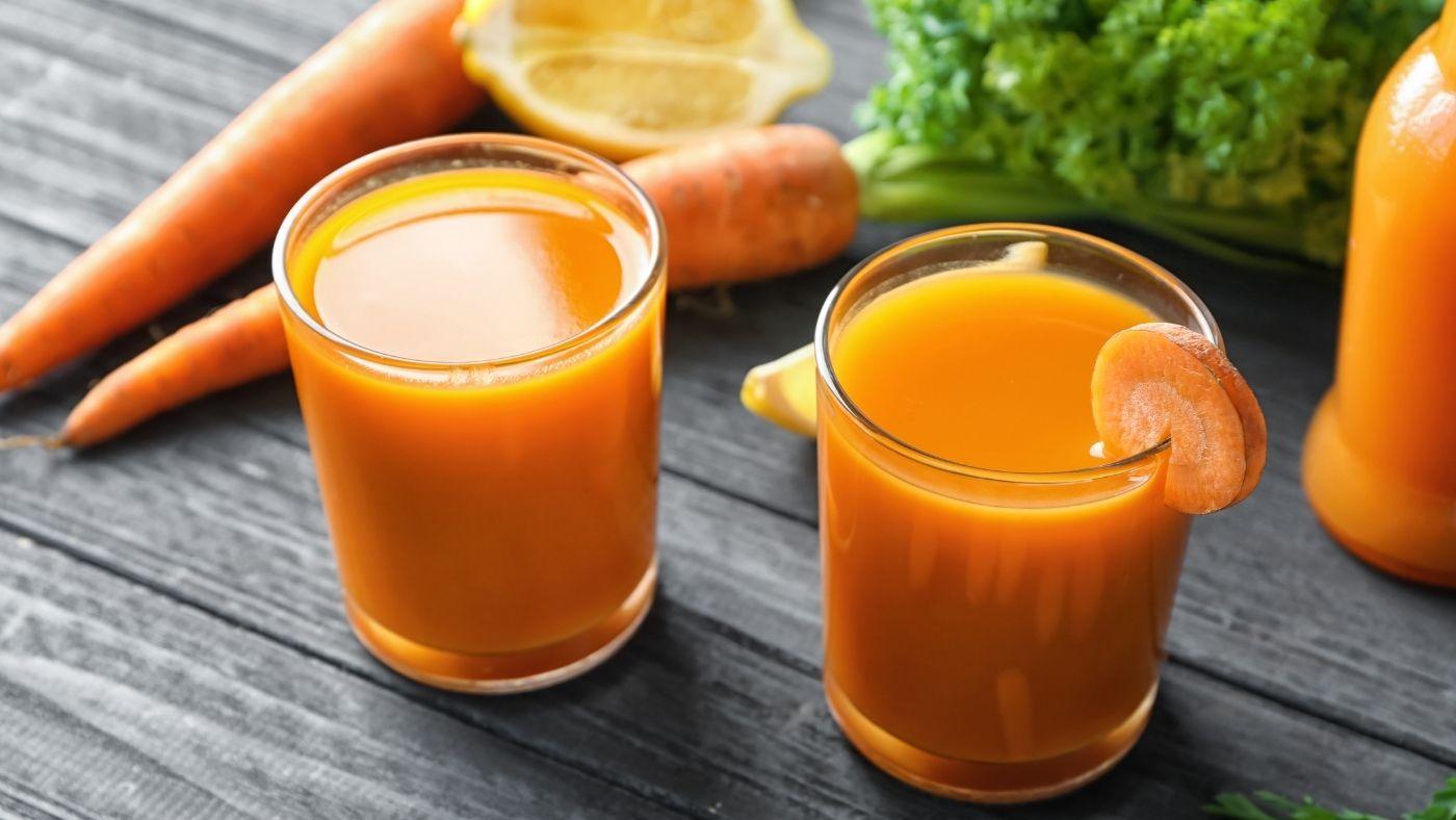 Jus de légumes lacto-fermentés dans des verres
