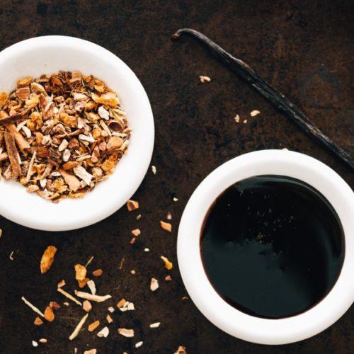 Mélange de plantes à racinette (root beer), vanille et mélasse)