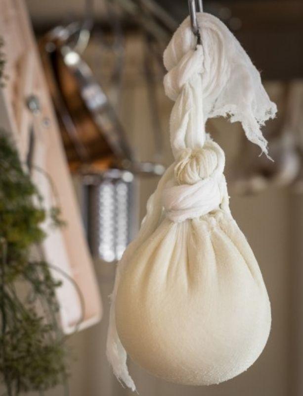 yogourt égoutté dans un coton à fromage