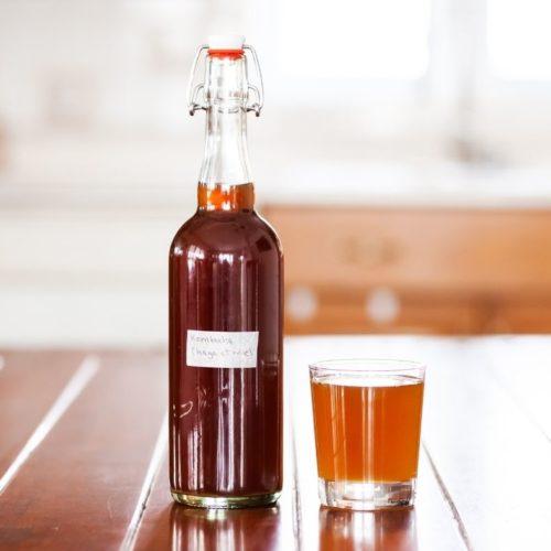 Bouteille et verre de kombucha au chaga et au miel